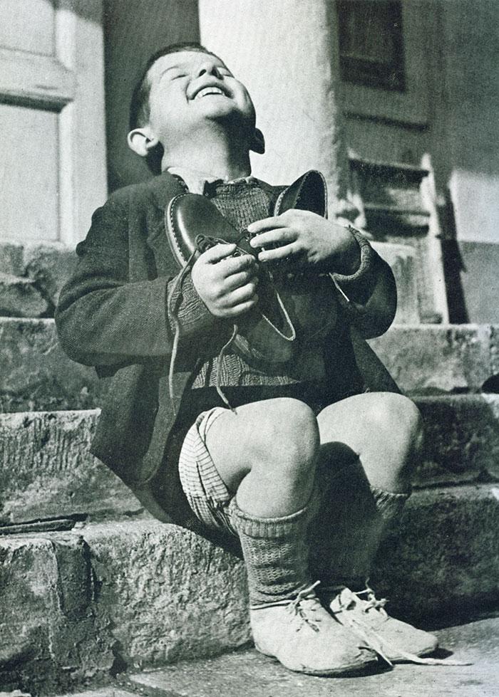 4. Австрийский мальчик получает новые туфли во время Второй мировой войны.