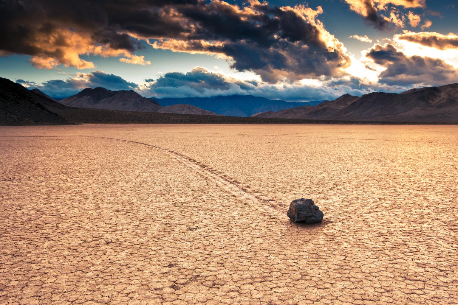 2. Движущиеся камни.