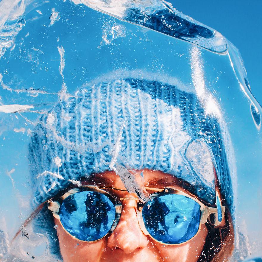 11. Подо льдом можно разглядеть все, до самого дна. Рыбы, камни, растения.