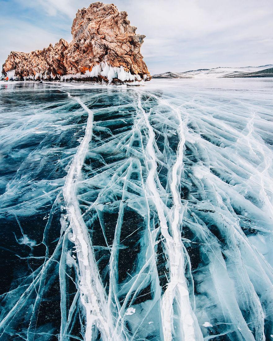 7. Лед озера может выдержать транспортное средство весом около 15 тонн.
