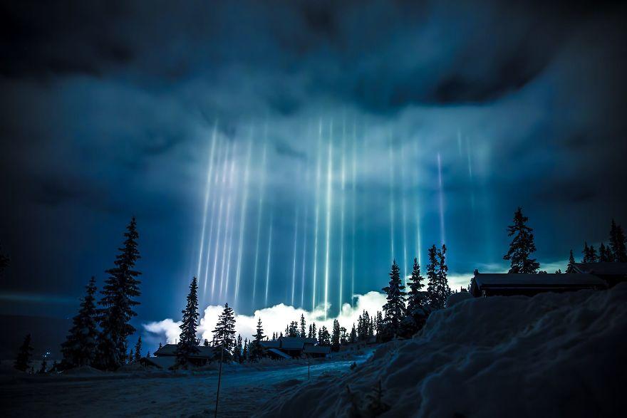 1. Световые столбы над над Несбьеном, Норвегия.