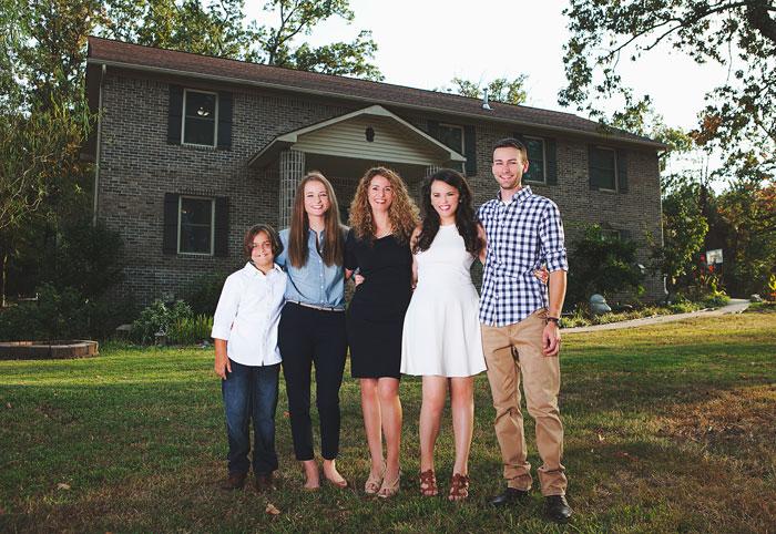 1. Знакомьтесь - это Кара Брукинс и ее четверо детей: Джада, Роман, Дрю и Хоуп.
