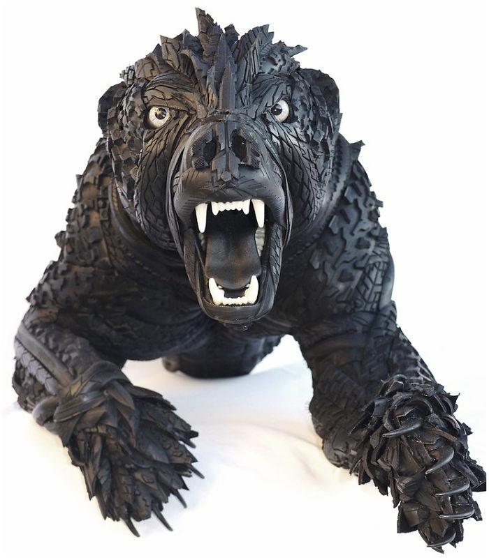 3. В каждой скульптуре Блейк старается анатомически правильно разместить листы и обрезки шин, чтобы показать мышцы животных.