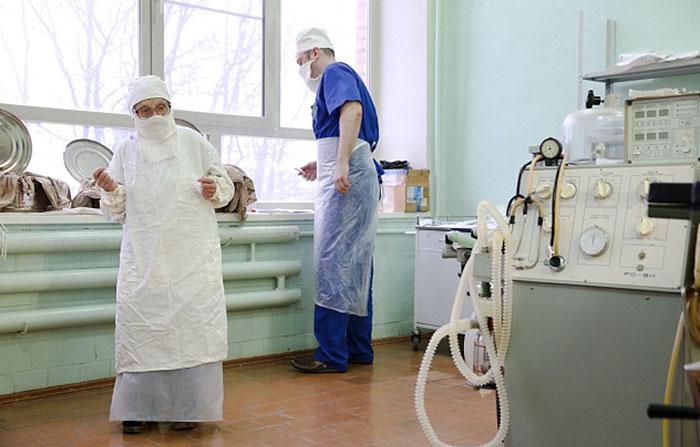 6. Женщина работает хирургом уже 67 лет.
