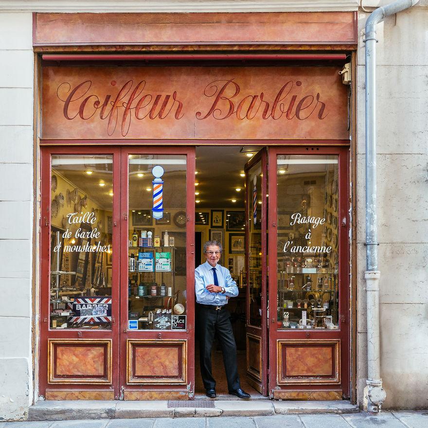 4. Ален, у дверей его парикмахерской, самой известной в Париже.