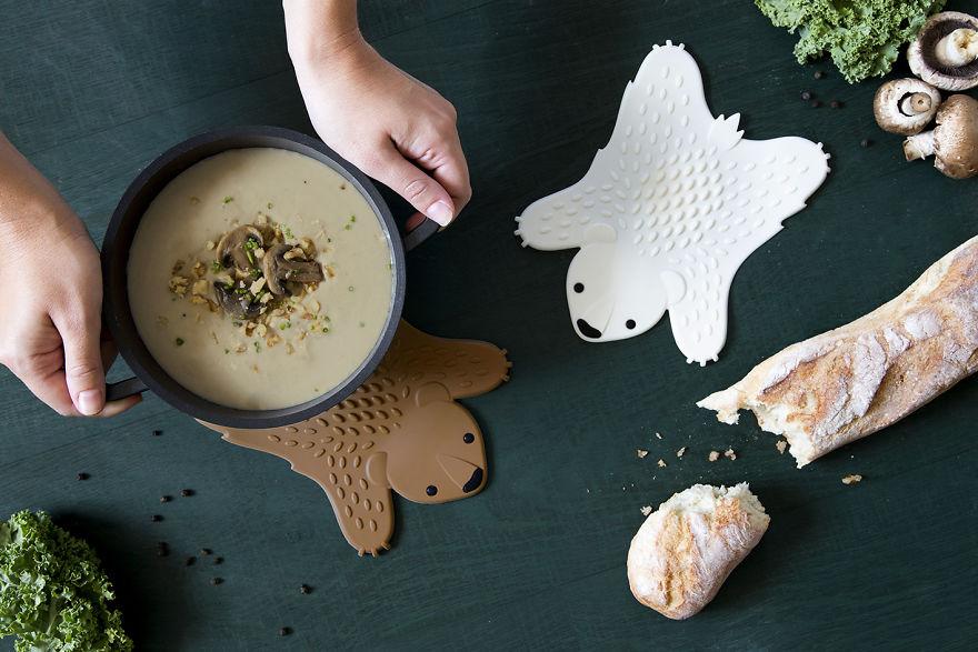 10. Куда поставить горячую тарелку супа? Лучше всего на этот коврик в виде медвежьей шкуры, который выдержит высокую температуру.