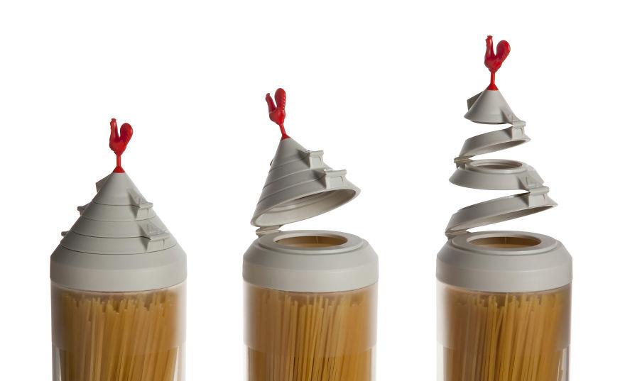 12. Устали от того, что в упаковке остается немного спагетти? Храните их в специальной банке, которая может отмерить нужное для приготовления количество. Крышка может открывать 4 разных по диаметру отверстия, которые определяют количество спагетти в зависимости от порций, от 1 до 4. Просто откройте нужную крышку.