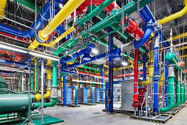 1. Эти красочные трубы отвечают за водоснабжение центра обработки данных в Орегоне. Синие трубы подают холодную воду, а красные трубы возвращают уже теплую воду для ее последующего охлаждения.