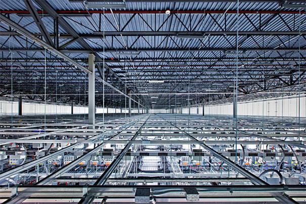 2. Эти огромные стальные балки в дата центре в Айове являются каркасом для множества проводов.