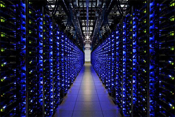 3. Синие светодиоды в серверной говорят нам, что все в порядке. В компании используют светодиоды за их низкое энергопотребление и длительную работу с хорошей яркостью.