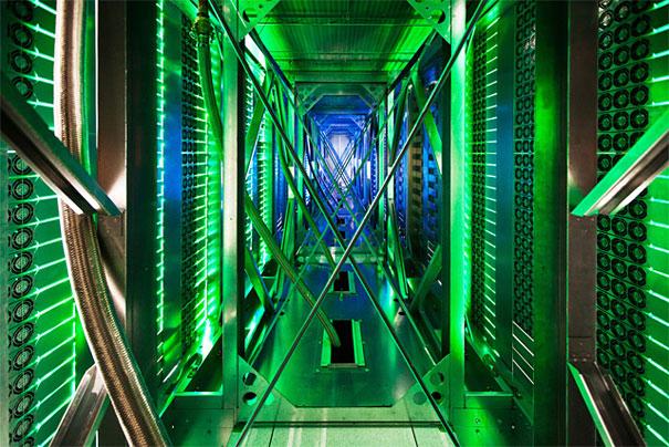 4. Проход между серверами. Тут сотни кулеров выдувают горячий воздух от серверных стоек в охлаждающий блок, который будет осуществлять рециркуляцию.