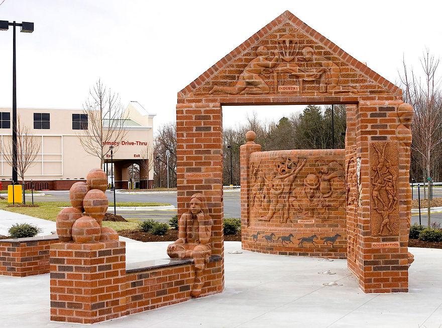 3. «Создание сообщества» - Уинстон-Салем, Северная Каролина. Калифорнийская глина идеальна для изготовления кирпича как для строительства, так и для скульптуры.