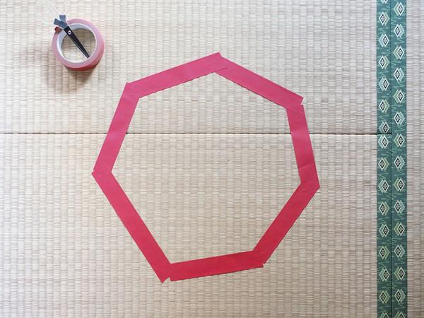3. Это показалось странным и хозяин кота решил провести эксперимент, сделав круг из клейкой ленты на полу.